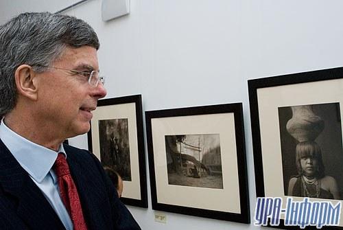 Одним из первых посетителей фотовыставки стал посол Соединенных Штатов Америки в Украине Вильям Тейлор